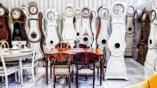 Swedish Interior Design: Lotsa Clocks